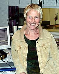 Mange lytter til morgensendingene fra NRK Hedmark og Oppland som Kari Toft ofte leder. (Foto: NRK/Linda Nordlie)