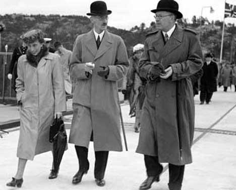 Åpningen av Svinesund bru i 1946. I midten ser vi kong Haakon sammen med kronprins Gustav Adolf av Sverige som ble konge i 1950 og kronprinsesse Louise. Foto: NTB arkiv / SCANPIX