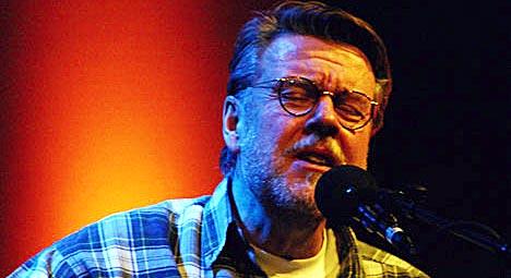 Michael Wiehe spilte onsdag kveld for et lydhørt publikum i Studio 19 på NRK Marienlyst. Konserten kommer i P1-Scenen fredag kveld klokka 22. Foto: Per Ole Hagen.