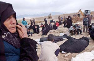 Pårørende etter togkatastrofen sørger over sin kjære. Foto: Hasan Sarbakhsihan, AP/Scanpix.