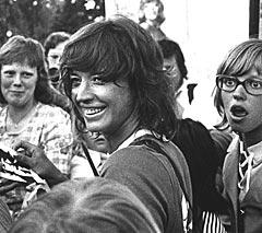Lill-Babs Svensson omringes av begeistrede fans etter et folkeparksshow i Luleå. Året er 1973. Foto: Tomas Bergman / PRESSENS BILD.