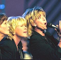 Lill-Babs med Siw Malmkvist og Anne-Lousie Hanson i 1998 på Amnestygallaen. Foto: PRESSENS BILD.