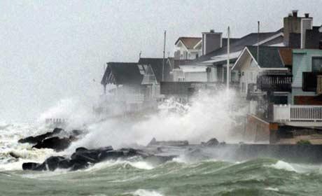 Bølgene slår inn over land når Isabel herjar i byen Avalon i New Jersey (Foto: AP/Daniel Hulshizer)