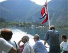 Turistane kan kome seg opp i fjellsidene inst i fjorden ved hjelp av gondolbane. (Foto: Scanpix)