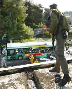 En israelsk politimann beskuer åstedet for bombeeksplosjonen i Jerusalem i dag tidlig. (Foto: AP/Scanpix)