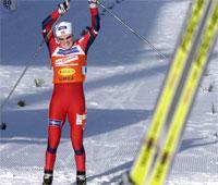 Hilde Gjermundshaug Pedersen som går i mål på sisteetappen. Foto: Scanpix.
