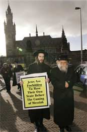 Jøder forbys en egen stat før Messias kommer, mener disse ortodokse jødene som protesterer foran Haag-domstolen (Scanpix/AP)