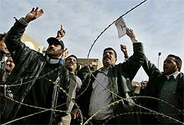 Irakisk politi demonstrerte i dag i Bagdad. De krevde jevnere lønnsutbetalinger og større sikkerhet (Scanpix/REUTERS)