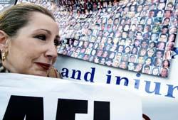 En israelsk demonstrant i Haag viser en liste over rundt 900 israelere som er drept i angrep siden september 2000. (Foto: AFP)