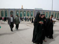 Pilegrimer utenfor den hellige al-Hussein-moskeen i Karbala. (Foto: Yngvil Mortensen, Scanpix)