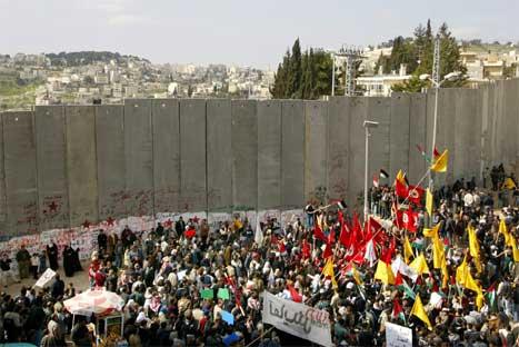 Det var store demonstrasjonar langs heile den israelske tryggingsmuren på Vestbreidda i dag. (Foto: AP/Scanpix)