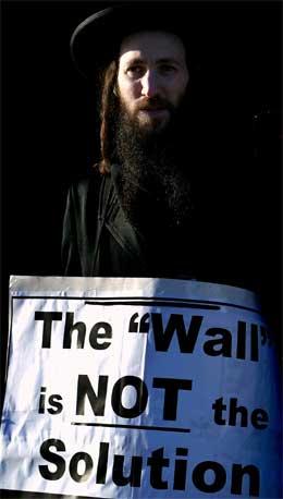 Fleire ortodokse jødar demonstrerte mot den israelske tryggingsmuren i Haag. (Foto: Reuters/Scanpix)