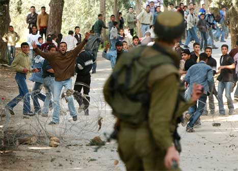 Det var kraftig uro fleire stader langs den israelske tryggingsmuren på Vestbreidda i dag. (Foto: AP/Scanpix)