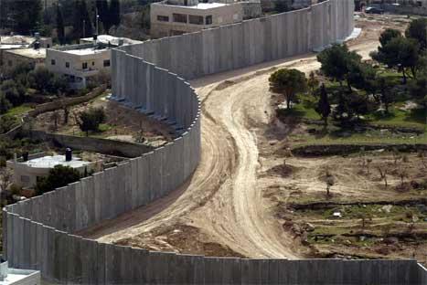 Den israelske tryggingsmuren går fleire kilometer inn på palestinske område. (Foto: AFP/Scanpix)