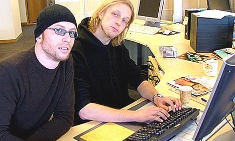 Fredrik Wallumrød og Fridtjof Nilsen svarer ivrig på spørsmål fra nrk.no sine lesere. Foto: Geir Evensen.