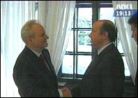 Slobodan Milosevic (t.v.) møtte den russiske utenriksministeren Igor Ivanov . (Foto: Jugoslavisk fjernsyn)