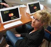 """Forbrukerinspektør Elisabet Grøndahl foran """"minibankene"""" vi brukte i testen. Hele innslaget kan du se på Nett-TV fra kl. 19.30"""