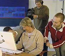 To brysomme personer stresset deltagerne for å simulere en minibank-kø.