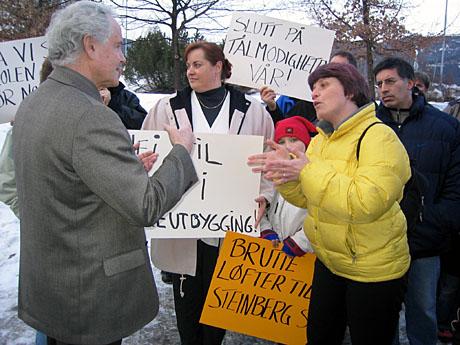 Ordfører Rolf Bergersen snakker med demonstrantene. FAU-leder Lajla Flathen i midten. Foto: Anders Nielsen.