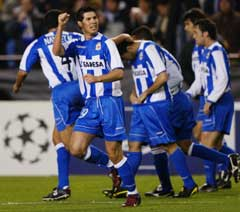 Deportivo la Corunas Albert Luque (i midten) jubler etter hå scoret vinnermålet. (Foto: Reuters/Scanpix)