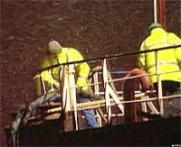 Det var en vanskelig jobb å fortøye båten i snøføyken. Foto: NRK