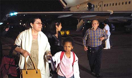En gruppe mennesker ankommer den internasjonale flyplassen i Mexico, etter å ha blitt evakuert fra Port au Prince på Haiti (foto: Hector Guerrero/Scanpix)