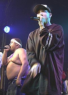 Eminem er en del av rapkollektivet D12. Her under en konsert i Detroit i 2003. Foto: AP Photo / Carlos Osorio.