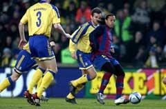 Tre Brøndby-spillere forsøker å fange Ronaldinho. (Foto: AFP/Scanpix)