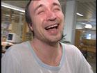 Det er mange typer latter. Her ler Hans av noe som er morsomt. Foto: NRK.