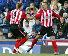 Southamptons målscorer Kevin Phillips jubler sammen med James Beattie etter ledermålet. (Foto: AP/Scanpix)