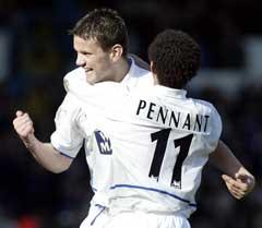 Eirik Bakke jubler sammen med Jermaine Pennant etter scoring mot Liverpool. (Foto: Reuters/Scanpix)