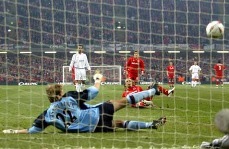 Boudewijn Zenden sklir, men gjør 2-0 på straffespark. (Foto: AP/Scanpix)