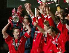 Middlesbrough-spillerne jubler med ligacup-pokalen. (Foto: Reuters/Scanpix)