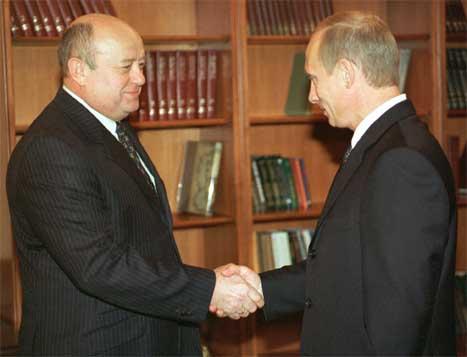 Dette arkivbiletet frå i fjor viser Mikhail Fradkov og Vladimir Putin under eit møte i Kreml. (Foto: Itar Tass/Scanpix)
