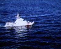 En båt fra U.S. Coast Guard patrol søker etter overlevende etter at «Bow Mainer sank». Foto: Scanpix