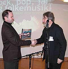 Høyre-politiker Olemic Thommessen (til venstre) fikk mandag overrakt en samstemt kravliste på 300 millioner kroner av en av initiativtakerne, Tore Flesjø, daglig leder i Norsk Jazzforum. Foto: Leif Gjerstad, nrk.no.