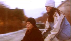 I dag bor Ann Berit og Bente hos faren. Ann Berit er rullestolbruker, og bor på et lite rom. Bente bor i ei campingvogn. Foto: NRK Brennpunkt