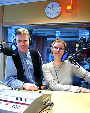 Svært mange i Nordland lytter når morgenvertene Solveig Henriksen (37) og Tore Gjerløw (43) ved NRK Nordland er på lufta. (Foto: Ivar Jensen)