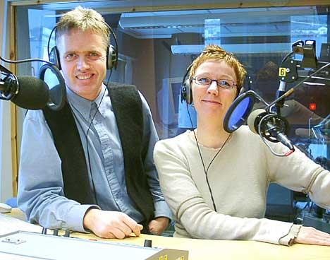 Morgenvertene Solveig Henriksen (37) og Tore Gjerløw (43) loser lett og ledig morgensendingene fra NRK Nordland. (Foto: Ivar Jensen)