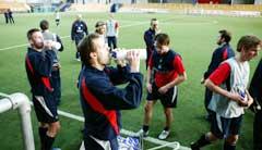 Kjetil Rekdal fyller på med væske under Vålerengas siste trening i Valhall. (Foto: Cornelius Poppe / SCANPIX)