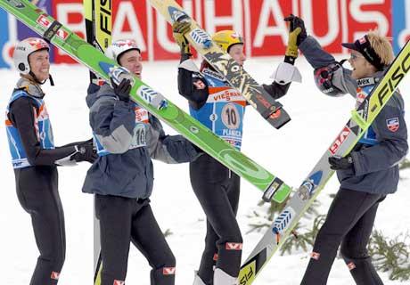 Roar Ljøkelsøy, Sigurd Pettersen, Tommy Ingebrigtsen og Bjørn Einar Romøren feirer seieren i lag-VM i skiflyging. (Foto: Reuters/Scanpix)