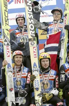 Roar Ljøkelsøy, Tommy Ingebrigtsen, Sigurd Pettersen og Bjørn Einar Romøren på seierspakken etter lag-VM i skiflyging. (Foto: Bjørn Sigurdsøn / SCANPIX)