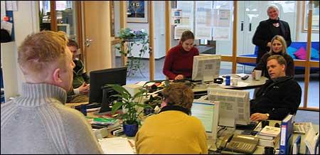 Dei tilsette vart orienterte av Kai Aage Pedersen (t.v.) like før kl. 10. Bak til høgre står noverande distriktsredaktør Magni Øvrebotten. (Foto: Jostein Nyfløtt, NRK)
