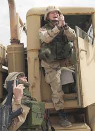 En bønn for fred ved grensen til Kuwait ? (Scanpix/AFP)