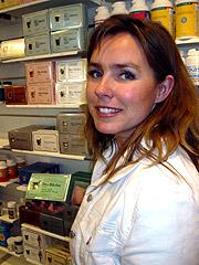 Anna Estenstad ved Vitalis Helsekost i Trondheim. Foto: Ann Jones / NRK