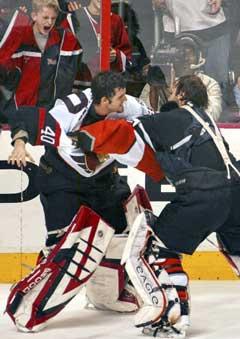 Ottawa Senators målvakt Patrick Lalime (40) and Philadelphia Flyers målvakt Robert Esche tok del i masseslagsmålet. (Foto: AP/Scanpix)