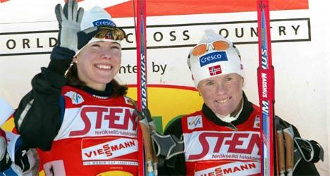 Ella Gjømle og Hilde Gjermundshaug Pedersen gleder seg over sprintstafettseieren i Lathi. (Foto:AFP/Matti Björkman/Scanpix)