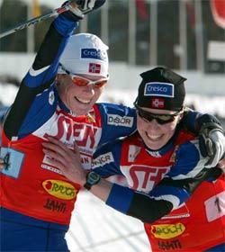 Ella Gjømle og Hilde Gjermundshaug Pedersen kan slippe jubelen løs etter at seieren er sikret. (Foto:AFP/Matti Björkman/Scanpix)