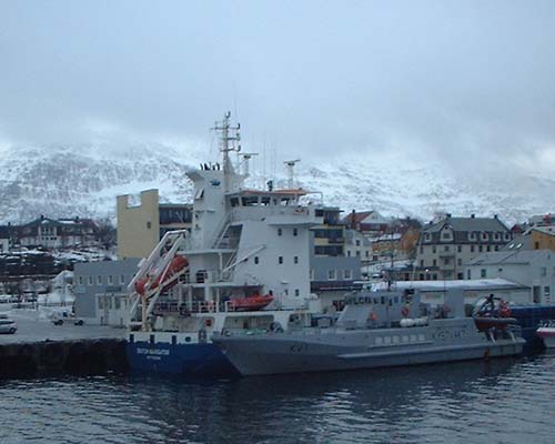 Lasteskipet Dutch Navigator til kai ved Sandnessjøen etter grunnstøtingen.(Foto: Thore Kibsgaard)
