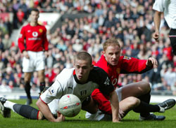 Manchester Uniteds Nicky Butt i duell med Fulhams Sean Davis. AP Photo/Jon Super